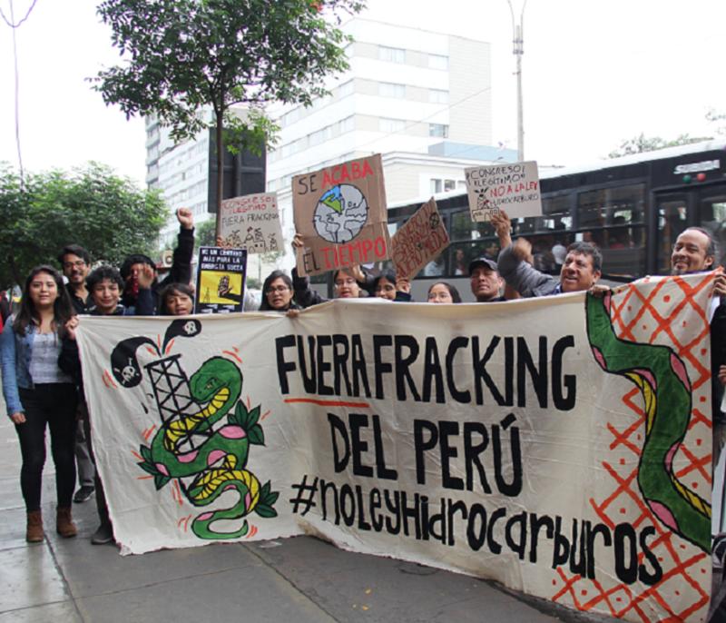 Activistas y líderes políticos realizaron Plantón contra la Ley de hidrocarburos frente al Congreso
