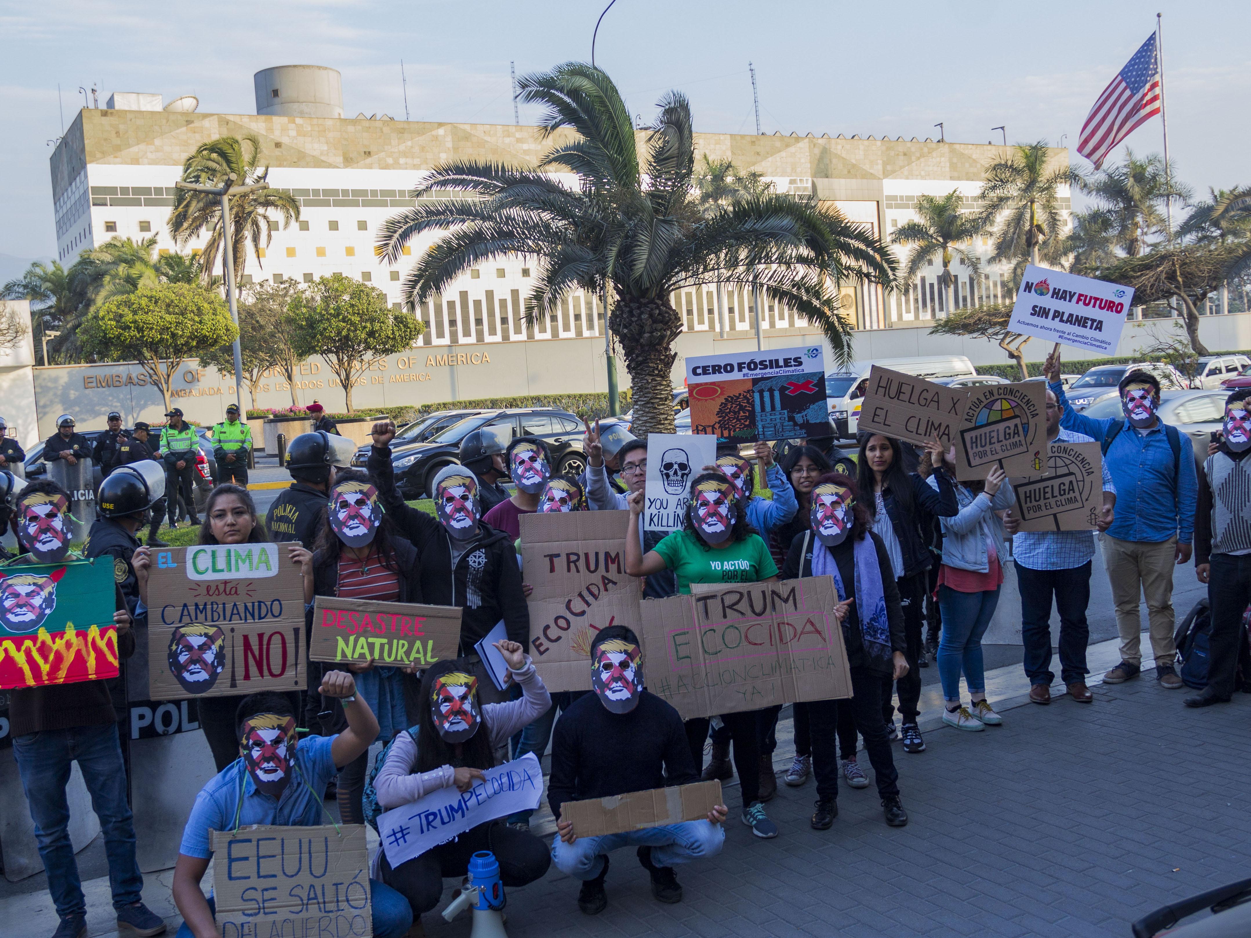 (fotos) Activistas en Lima realizan plantón contra Trump y su política ecocida